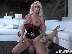 busty lady with corset wants hardcore sex